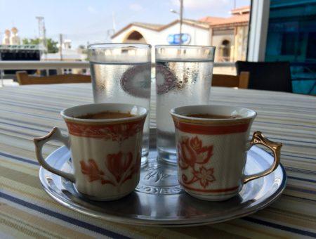 Un caffè a Pyla, nella zona cuscinetto dell'Onu a Cipro