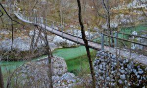 Passeggiata lungo l'Isonzo nei pressi di Caporetto tra cascate e ponti sospesi