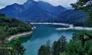 Scoprire la Val Tramontina: dalle pozze smeraldine celebrate dal Guardian ai fantasmi del lago di Redona